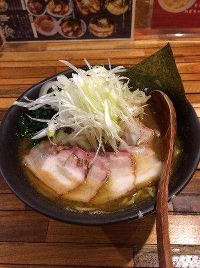 とらとはと 醤油ラーメン+野菜.JPG